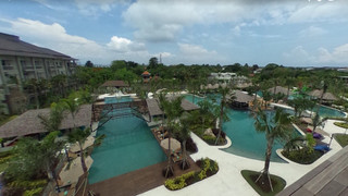 Hotel_from_entrance_to_pool_view
