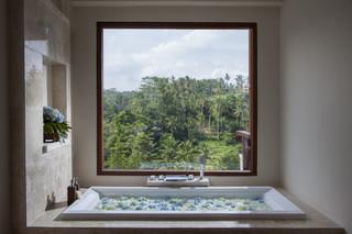 Bathtub_at_deluxe_suite