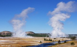 Midway_geyser_basin_with_grand_pris