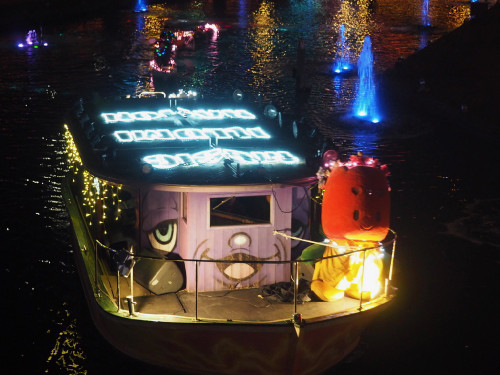 光と音楽と噴水の運河パレード