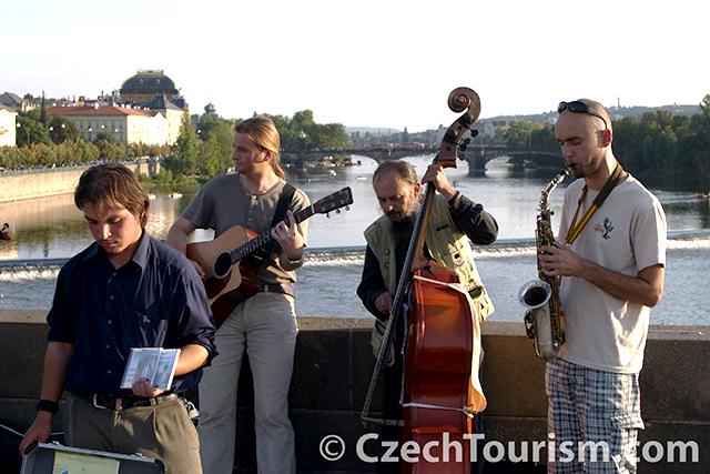 Praha__karluv_most__hudebnici_3076x