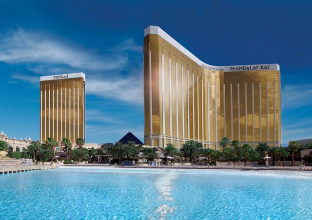 Mandalay_bay_and_thehotel_101